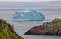 Iceberg que flutua pela costa Imagens de Stock Royalty Free