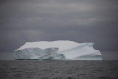 Iceberg que flutua perto de Continente antárctico. Fotografia de Stock