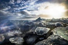 Iceberg que flutuam em Jokulsarlon na hora dourada do por do sol com glac Fotografia de Stock