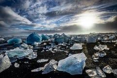 Iceberg que flutuam em Jokulsarlon na hora dourada do por do sol com glac Imagens de Stock