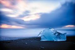 Iceberg solitario que derrite por el océano Imagen de archivo libre de regalías