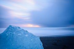 Iceberg solitario que derrite por el océano Foto de archivo libre de regalías
