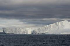 Iceberg tabulaire énorme flottant dans le détroit de Bransfield près de l'astuce du nord de la péninsule antarctique, Antarctique images libres de droits