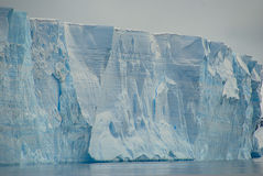 Iceberg tabulaire énorme en Antarctique Photo stock