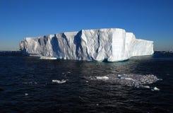 Iceberg tabulare che galleggia nell'oceano blu Fotografie Stock