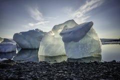 ICEBERG TIRATO IN THULE, GROENLANDIA Immagine Stock