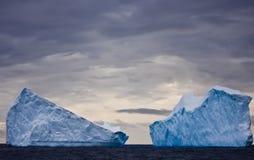 Icebergs énormes en Antarctique Photographie stock