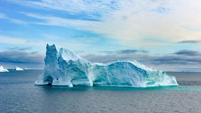 Icebergs au Groenland Bâtiment énorme coloré d'iceberg avec la tour et la porte photographie stock