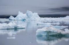 Icebergs azules en Groenlandia fotos de archivo