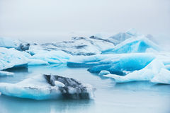Icebergs azules hermosos en la laguna glacial de Jokulsarlon, Islandia Imagenes de archivo