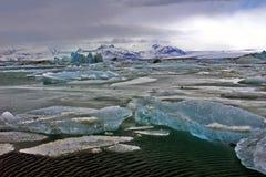 Icebergs bleus de Jokulsarlon avec la montagne de Snaefell, Islande Images libres de droits