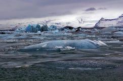 Icebergs bleus de Jokulsarlon avec la montagne de Snaefell, Islande Images stock