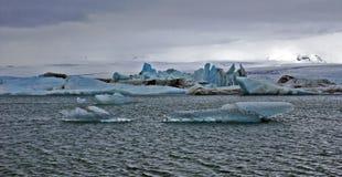Icebergs bleus de Jokulsarlon avec la montagne de Snaefell, Islande Photo stock