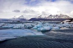 Icebergs bleus de Jokulsarlon avec la montagne de Snaefell, Islande Photographie stock libre de droits