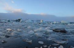 Icebergs bleus flottant dans la lagune de jokulsarlon en Islande Image stock