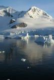 Icebergs, ciel bleu d'espace libre images stock
