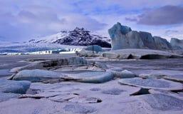 Icebergs congelés dans le lac proglacial, Fjallsjokull G Image libre de droits