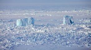 Icebergs dans l'océan arctique congelé Image libre de droits