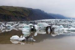 Icebergs dans la lagune glaciaire de Fjallsarlon Image stock