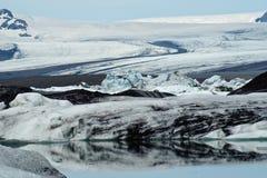 Icebergs dans le compartiment d'Icelands Joekulsarlon images stock