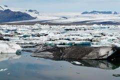 Icebergs dans le compartiment d'Icelands Joekulsarlon photo stock