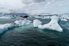 Icebergs dans le compartiment d'Icelands Joekulsarlon photo libre de droits