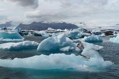 Icebergs dans le compartiment d'Icelands Joekulsarlon photos stock
