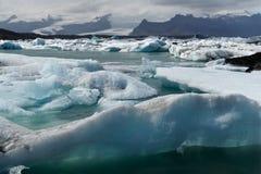 Icebergs dans le compartiment d'Icelands Joekulsarlon images libres de droits