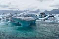 Icebergs dans le compartiment d'Icelands Joekulsarlon photographie stock