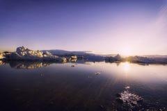 Icebergs dans le lac de glacier de Jokulsarlon au coucher du soleil Photographie stock