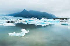Icebergs dans le lac glaciaire avec des Mountain View Image stock