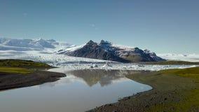 Icebergs dans le lac glacier banque de vidéos