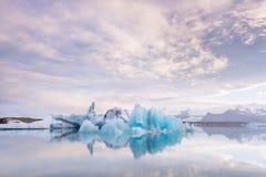 Icebergs de flottement en Islande Images stock