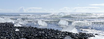 Icebergs de fonte au soleil chez Diamond Beach, lagune de glacier du ³ n de rlà de ¡ de JökulsÃ, Islande image libre de droits