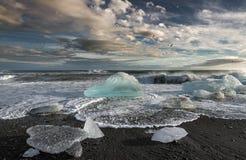 Icebergs de fusión en el mar imagenes de archivo