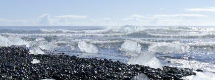 Icebergs de fusión en el sol en Diamond Beach, laguna del glaciar del ³ n del rlà del ¡de JökulsÃ, Islandia imagen de archivo libre de regalías