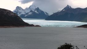 Icebergs del panorama de las montañas Nevado en el fondo de nubes en la Antártida almacen de metraje de vídeo