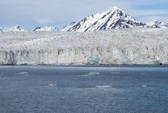 Icebergs devant le glacier, le Svalbard, arctique Image libre de droits