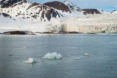 Icebergs devant le glacier, le Svalbard, arctique Photographie stock