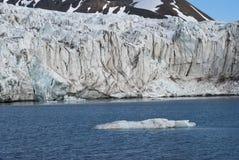 Icebergs devant le glacier, le Svalbard, arctique Images stock