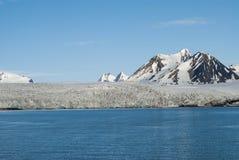 Icebergs devant le glacier, le Svalbard, arctique Photo stock