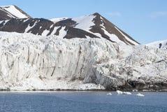 Icebergs devant le glacier, le Svalbard, arctique Images libres de droits