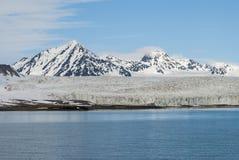 Icebergs devant le glacier, le Svalbard, arctique Photos stock