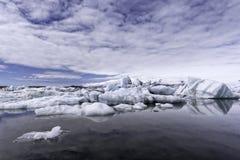 Icebergs en el lago del glaciar de Jokulsarlon en la puesta del sol Fotos de archivo