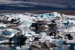 Icebergs en el lago del glaciar del jokulsarlon en Islandia Imagen de archivo