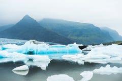 Icebergs en el lago glacial con Mountain View Foto de archivo