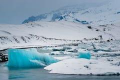 Icebergs en el mar foto de archivo