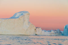 Icebergs en el sol de medianoche, Ilulissat, Groenlandia Foto de archivo