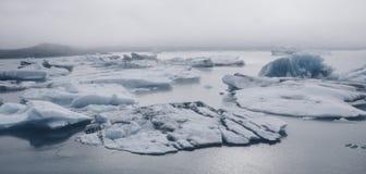 Icebergs en Jokulsarlon, Islandia Foto de archivo libre de regalías