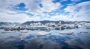 Icebergs en la laguna de Jokulsarlon islandia Fotos de archivo